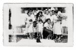 Familie Neijhoff voor het huis in de Moskeestraat te Wonosobo, 1934.