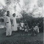 Frederik Wilhelm (Frits) Neijhoff met zijn vrouw Anunziata (Nieke) de la Croix, dochter Josephine Henriëtte (Deetje), en dochter Frederica Benjamine (Riek). Als je goed kijkt, zie je dat de laatste een aapje op de arm heeft (Bertha?hemel). Wrsch is dit in Yogyakarta rond 1935.